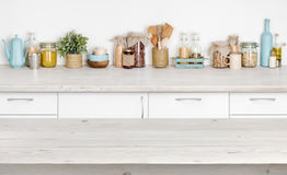 Houten lijst over de vage plank van het keukenmeubilair met voedselingrediënten royalty-vrije stock afbeelding