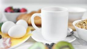 Houten lijst volledige smakelijke verse maaltijd klaar voor traditioneel Europees panning van het ontbijtclose-up schot stock videobeelden