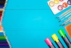 Houten lijstblauw en kantoorbehoeften Mening van hierboven Royalty-vrije Stock Afbeelding
