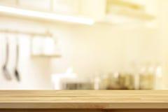 Houten lijstbovenkant als keukeneiland op de binnenlandse rug van de onduidelijk beeldkeuken stock afbeeldingen
