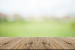 Houten lijstbovenkant op aard groene vage achtergrond Royalty-vrije Stock Afbeelding