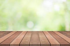 Houten lijstbovenkant op aard groene vage achtergrond, voor montering yo Stock Foto's