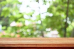 Houten lijstbovenkant op achtergrond van bokeh de groene bladeren Stock Foto