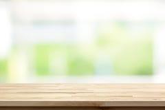 Houten lijstbovenkant op het vensterachtergrond van de onduidelijk beeld witte groene keuken Royalty-vrije Stock Afbeelding