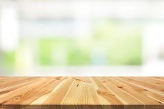 Houten lijstbovenkant op onduidelijk beeld witte groene achtergrond van keukenwindo stock fotografie
