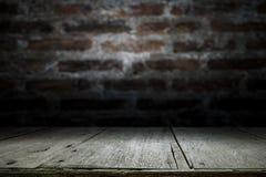 Houten lijstbovenkant op oude donkere bakstenen muurachtergrond Stock Foto's
