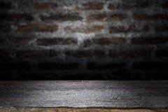 Houten lijstbovenkant op oude donkere bakstenen muurachtergrond Stock Fotografie