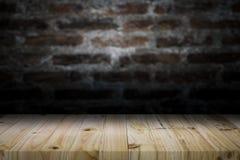Houten lijstbovenkant op oude donkere bakstenen muurachtergrond Stock Foto