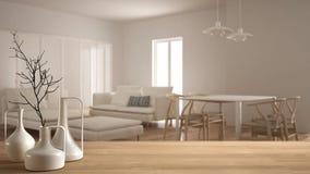 Houten lijstbovenkant of plank met minimalistic moderne vazen over vage minimalistische eigentijdse woonkamer met witte schuifdeu stock foto