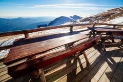 Houten lijsten die bergvallei overzien Stock Afbeelding