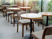 Houten lijsten en stoelen in koffie royalty-vrije stock foto