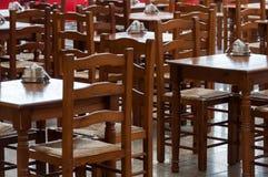 Houten lijsten en stoelen in koffie Stock Foto's