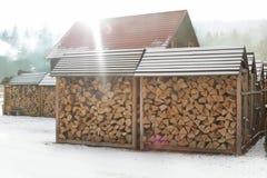 Houten loodsen met gestapeld brandhout in openlucht op zonnige dag royalty-vrije stock foto