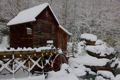Houten maalkorenmolen in de Winter Royalty-vrije Stock Afbeelding