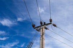 Houten Machtselektriciteit Pool Pylon, Hoge Volage, Blauwe Hemelachtergrond Stock Afbeelding