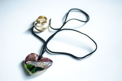 Houten magische amulet in de vorm van hart Selectieve nadruk stock fotografie