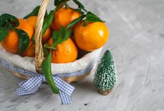Houten Mandmandarine met Bladeren en Lichten, Mandarijnsinaasappel op Gray Table Background Christmas New-Jaardecors royalty-vrije stock foto's