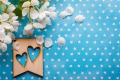 Houten markering met harten op blauw Royalty-vrije Stock Foto's