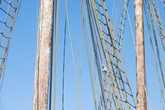 Houten Mast, Optuigen en Kabels van historische varende boot Stock Afbeeldingen