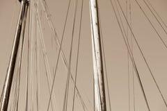 Houten Mast, Optuigen en Kabels van oude varende boot Stock Fotografie