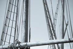 Houten Mast, Optuigen en Kabels van varende boot Stock Afbeeldingen
