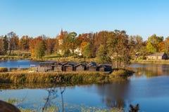 Houten meerkasteel in Archeologisch het Museumpark van Araisi, Letland stock afbeelding