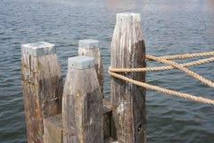 Houten meerpaal met kabel van gebonden schip Royalty-vrije Stock Fotografie