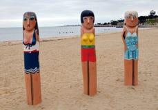 Houten meerpaalbeeldhouwwerken van zwemmen-meisjes in Geelong langs baywalk Allen gemaakt door Jan Mitchell en vertegenwoordigen  stock foto