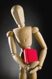 Houten mens die rood boek houden Stock Foto