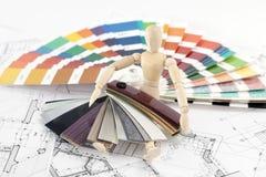 Houten mens en palet van kleuren Stock Foto's
