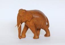 Houten met de hand gemaakt die olifantsstandbeeld op wit wordt geïsoleerd Stock Foto's