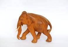 Houten met de hand gemaakt die olifantsstandbeeld op wit wordt geïsoleerd Stock Afbeeldingen
