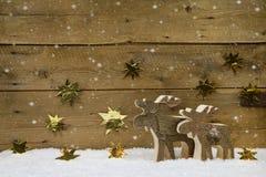 Houten met de hand gemaakt rendier twee op een achtergrond met gouden sterren a Stock Afbeeldingen