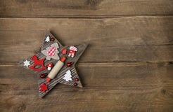 Houten met de hand gemaakte gesneden ster met rode en witte Kerstmis decorat Stock Foto's