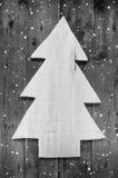 Houten met de hand gemaakte Kerstmisboom in sjofele stijl op houten sneeuwb Stock Fotografie