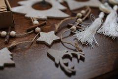 Houten met de hand gemaakte Kerstmisdecoratie Hoofd van een hert, Kerstbomen en sterren Kraftpapier-doos met linten Royalty-vrije Stock Foto