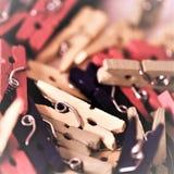 Houten miniklemmen, pinnen stock foto