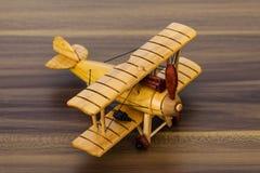 Houten modelvliegtuig op bureau Stock Foto's
