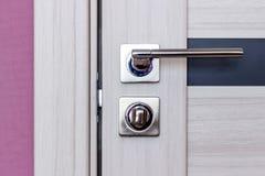 Houten moderne deur, roestvrij deurknop of handvat op houten deur in mooie verlichting royalty-vrije stock afbeelding