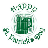 Houten mok met bier Gelukkige St Patricks dag Stock Foto
