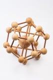 Houten moleculair atoom op witte achtergrond royalty-vrije stock afbeelding
