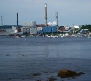 Houten molen en jachthaven Stock Foto's
