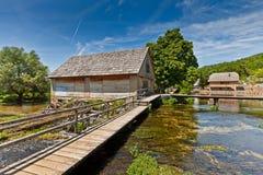 Houten molenhuizen boven het meer stock afbeeldingen