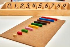 Houten Montessori-materiaal voor de staven van wiskundecuisenaire stock afbeeldingen