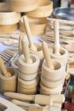 Houten mortieren en stampers voor verkoop bij een markt stock afbeelding