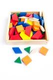 Houten multi-colored blokken in een houten doos op een witte achtergrond Royalty-vrije Stock Afbeeldingen