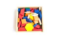 Houten multi-colored blokken in een houten doos op een witte achtergrond Royalty-vrije Stock Foto