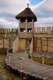 Houten muur en toren stock afbeeldingen