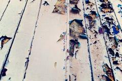 Houten muur met beige doorstane verf, streng en schil Stock Afbeelding