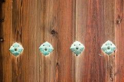 Houten muur met decoratieve brozeklinknagels Royalty-vrije Stock Afbeelding